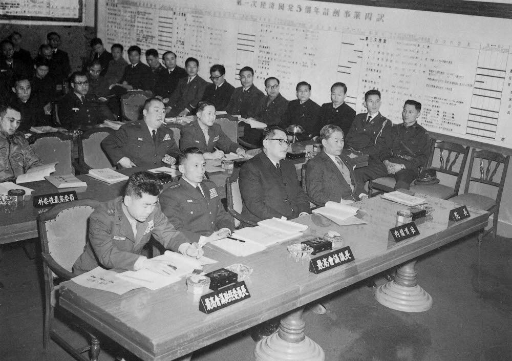 1962년 1월 5일 박정희 국가재건최고회의 의장(앞줄 왼쪽 두 번째부터)과 송요찬 내각수반이 서울 종로구 세종로 중앙청에서 경제기획원(현 기획재정부)의 업무보고를 받고 있다.