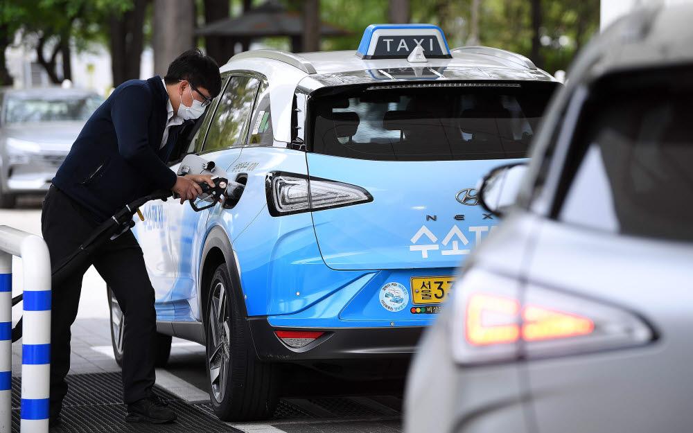 수소를 충전하고 있는 넥쏘 택시. / 전자신문 DB