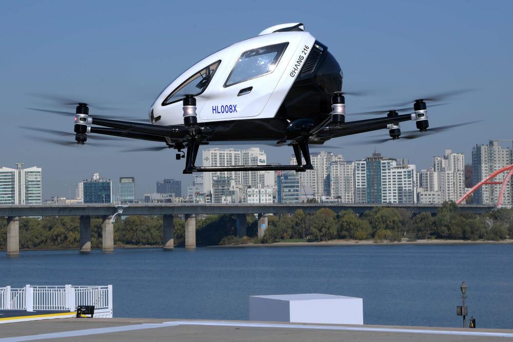 지난해 국토교통부가 사람 탑승이 가능한 드론을 이용해 UAM 관제시스템을 시연하는 모습 <전자신문 DB>