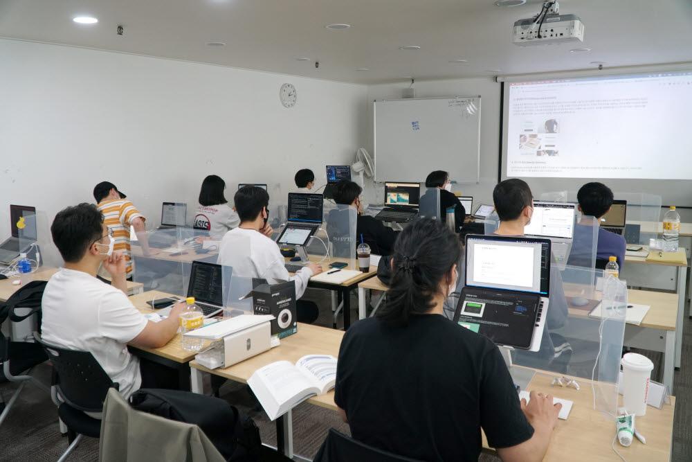 패스트캠퍼스 네카라쿠배 프론트엔드 취업완성스쿨 1기 오프라인 강의 현장 모습.