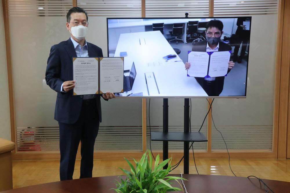 최영해 한국정보통신기술협회(TTA) 회장 (왼쪽)과 신현삼 경기창조경제혁신센터 센터장