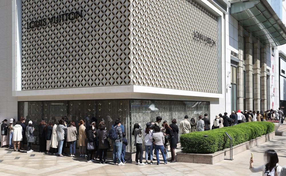 서울 중구 롯데백화점 본점 명품관 앞에 샤넬 상품을 구매하려는 고객들이 줄지어 서 있다/사진=연합