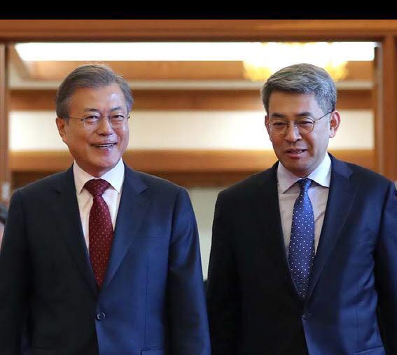 문재인 대통령과 권구훈 신임 북방경제협력위원장.<사진:청와대>