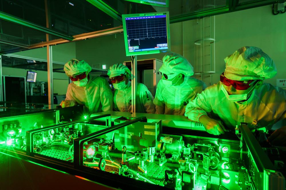 GIST 고등광기술연구소가 구축한 초강력레이저시설에서 연구원들이 연구개발하고 있다.