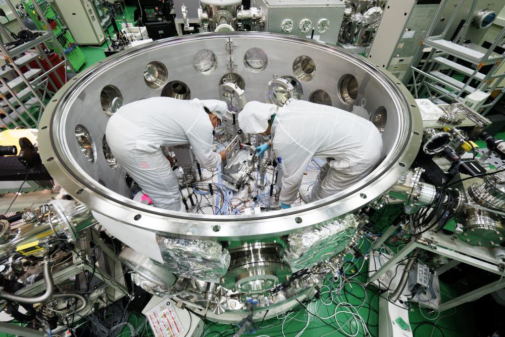 GIST 고등광기술연구소 연구원들이 초강력레이저시설을 구축하고 있다.
