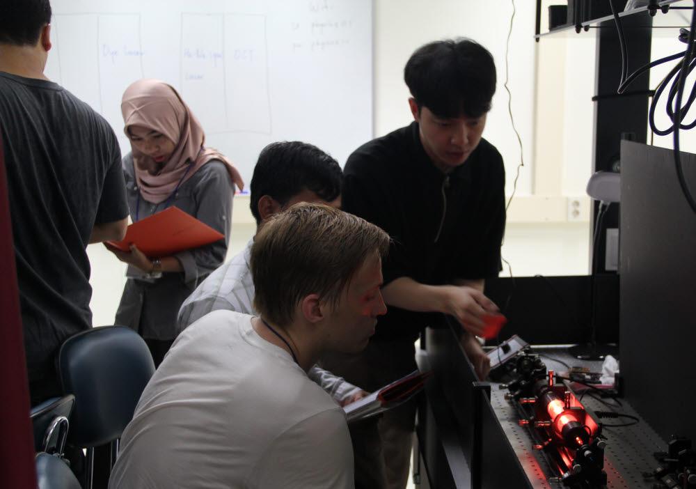 GIST 고등광기술연구소는 2010년부터 아시아지역 젊은 연구원을 초청, 여름학교 프로그램(SSOLLA)을 운영하고 있다.