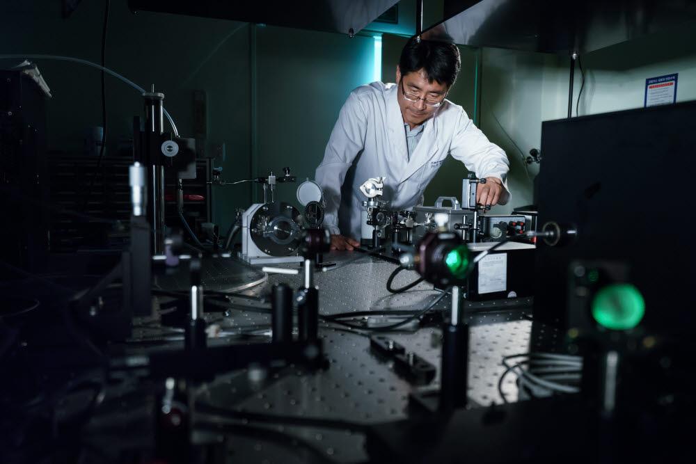 GIST 고등광기술연구소 연구원이 첨단 레이저 시설을 이용해 광 과학 기술을 연구개발하고 있다.