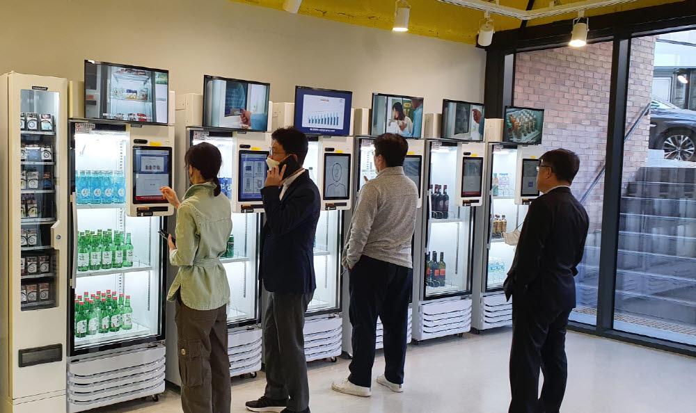 고객들이 4일 성남 고등동 AI 무인 종합판매장에서 결제 시스템을 이용해 상품을 구매하고 있다.