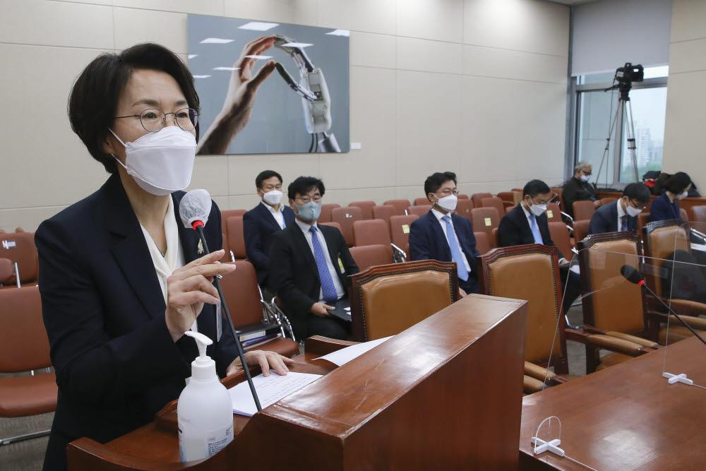 임혜숙 과기정통부 장관 후보자가 인사청문회에서 발언하고 있다.