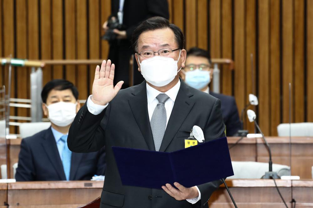 선서하는 김부겸 총리 후보자
