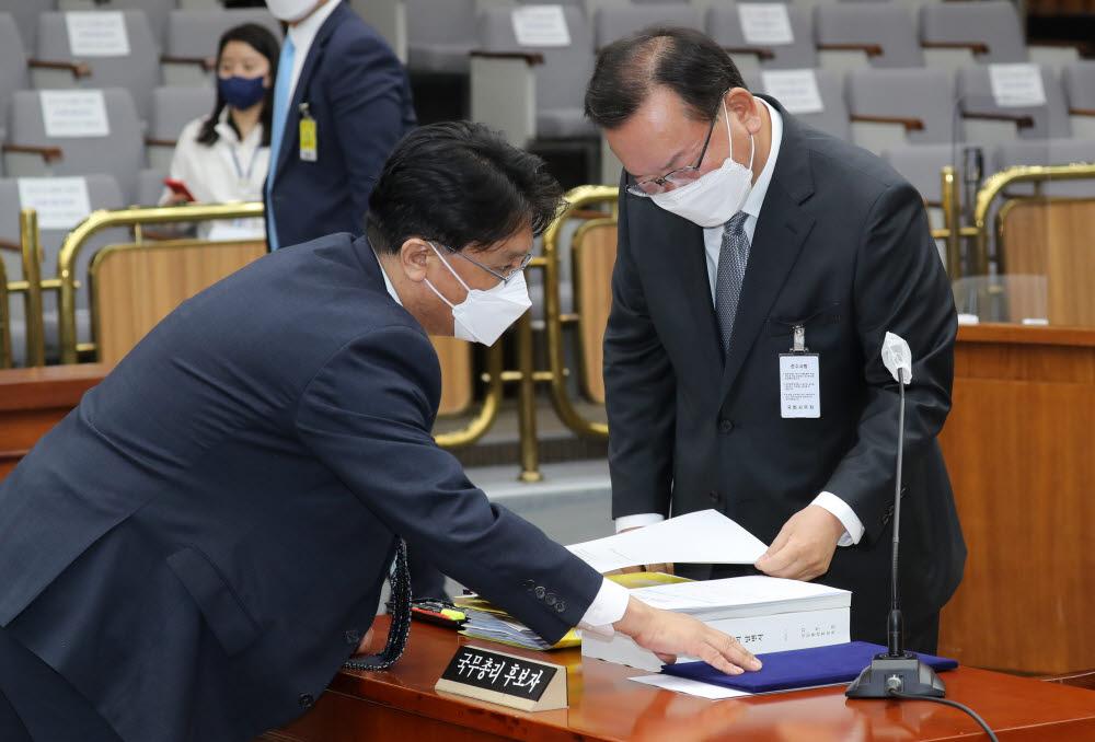김부겸 국무총리 후보자가 청문회장에 입장해 자료를 살펴보고 있다.