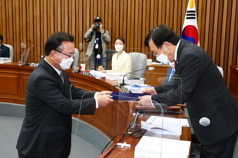 김부겸 국무총리 후보자(왼쪽)가 선서 후 서병수 위원장에게 선서문을 전달하고 있다.