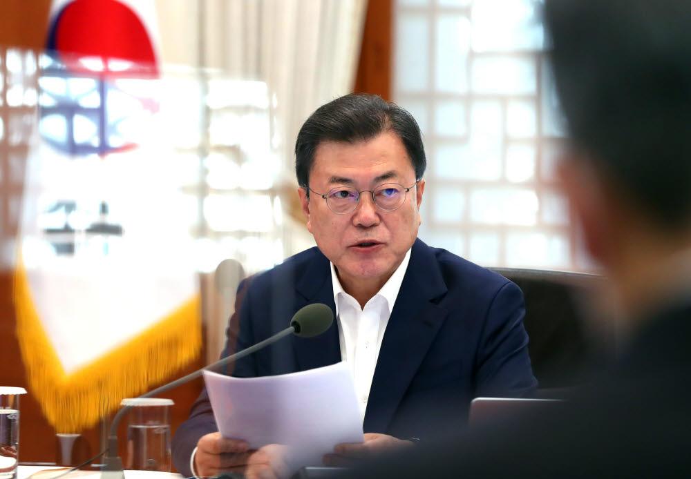 문재인 대통령이 15일 오후 청와대에서 열린 확대경제장관회의에서 발언하고 있다. 연합뉴스