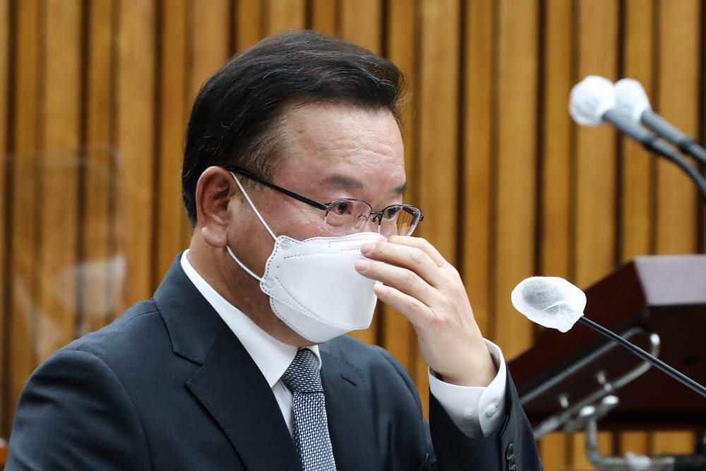 김부겸 국무총리 후보자가 6일 국회에서 열린 인사청문회에서 마스크를 만지고 있다. 연합뉴스.