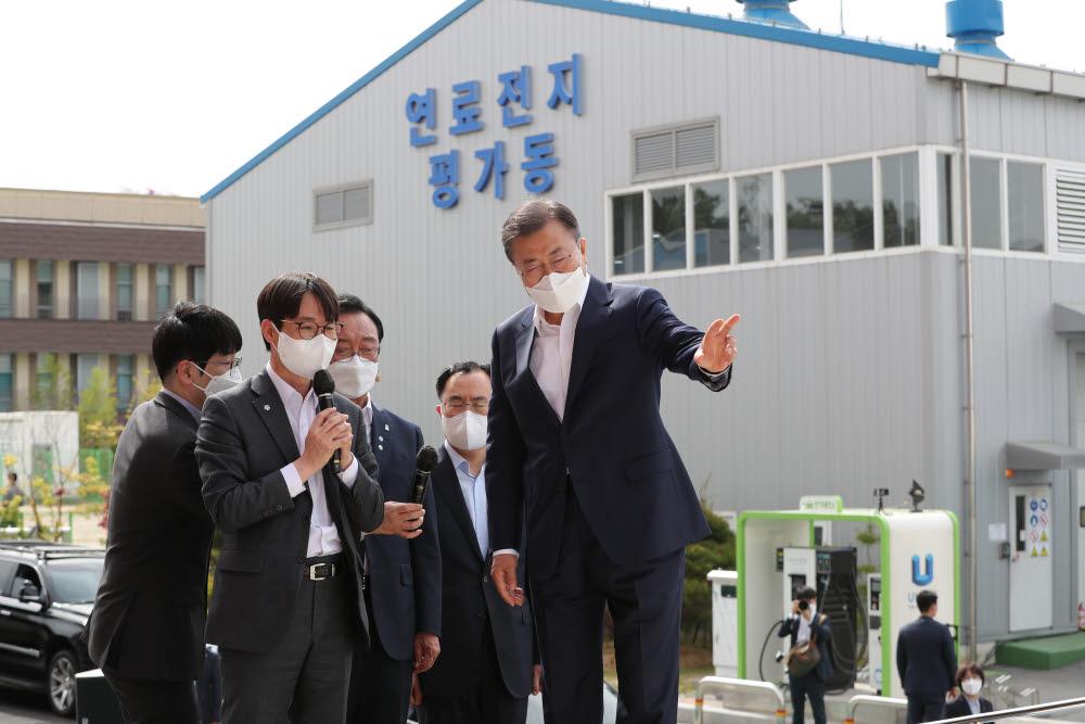 문재인 대통령이 6일 오후 울산광역시 남구 수소연료전지 실증화센터를 방문, 수소 선박에 대해 설명을 듣고 있다. 연합뉴스