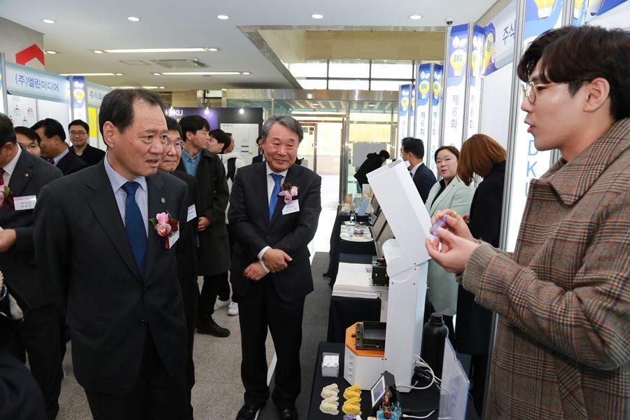 단국대 김수복 총장(왼쪽 첫번째)과 염기훈 창업지원단장(왼쪽 두번째)이 창업페스티벌에서 창업자의 시제품 설명을 듣고 있다.