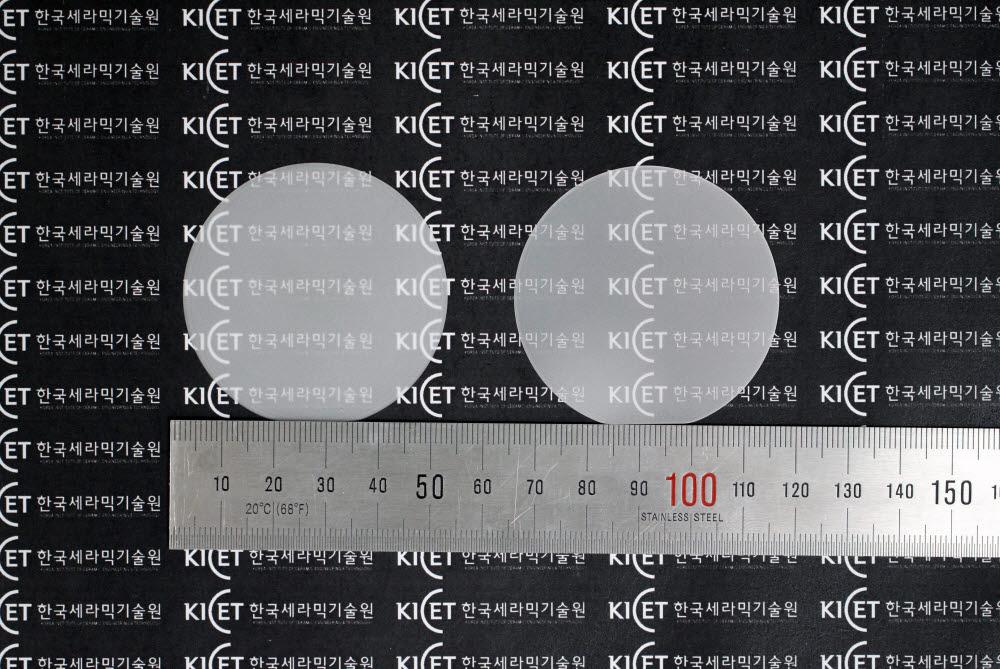 한국세라믹기술원이 국산화에 성공한 산화갈륨 전력반도체 2인치 에피 웨이퍼.