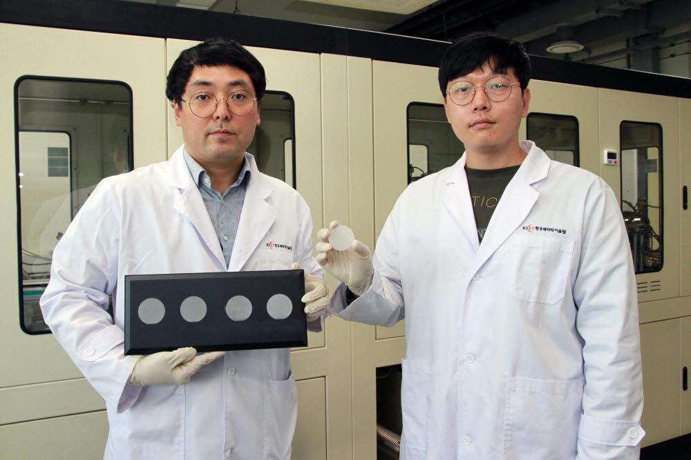 전대우 연구원(왼쪽)과 박지현 연구원이 국산화에 성공한 전력반도체용 2인치 에피 웨이퍼를 보여주고 있다.