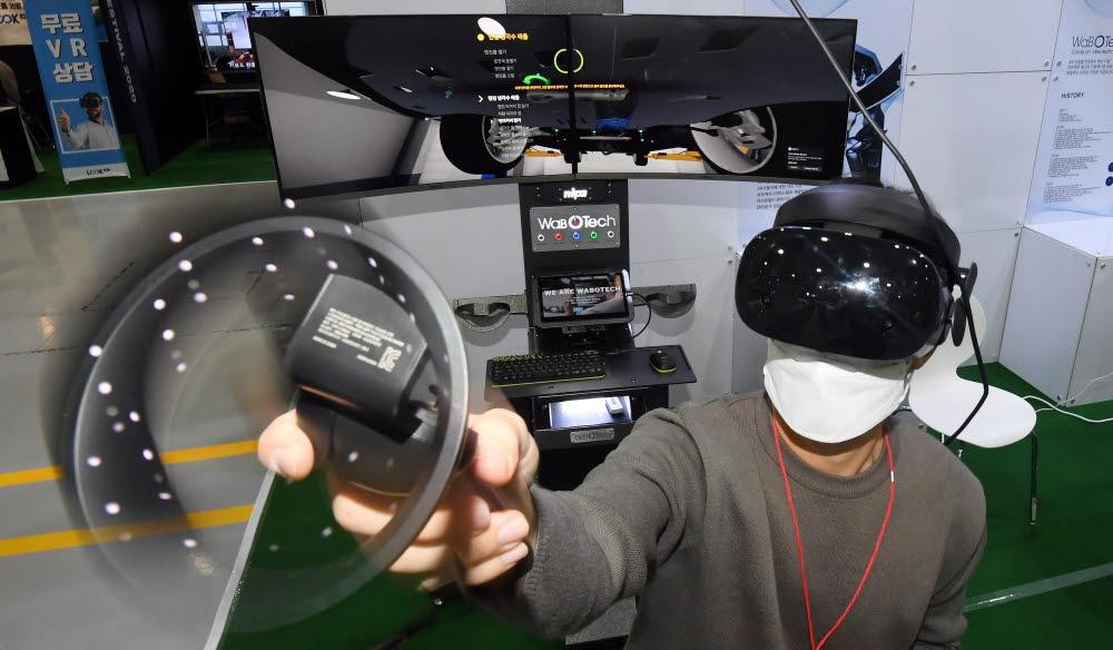코리아 VR 페스티벌에서 한 연구원이 고정밀 증강현실(AR)시스템 기반 영상유도수술 소프트웨어 시연을 하고 있다.