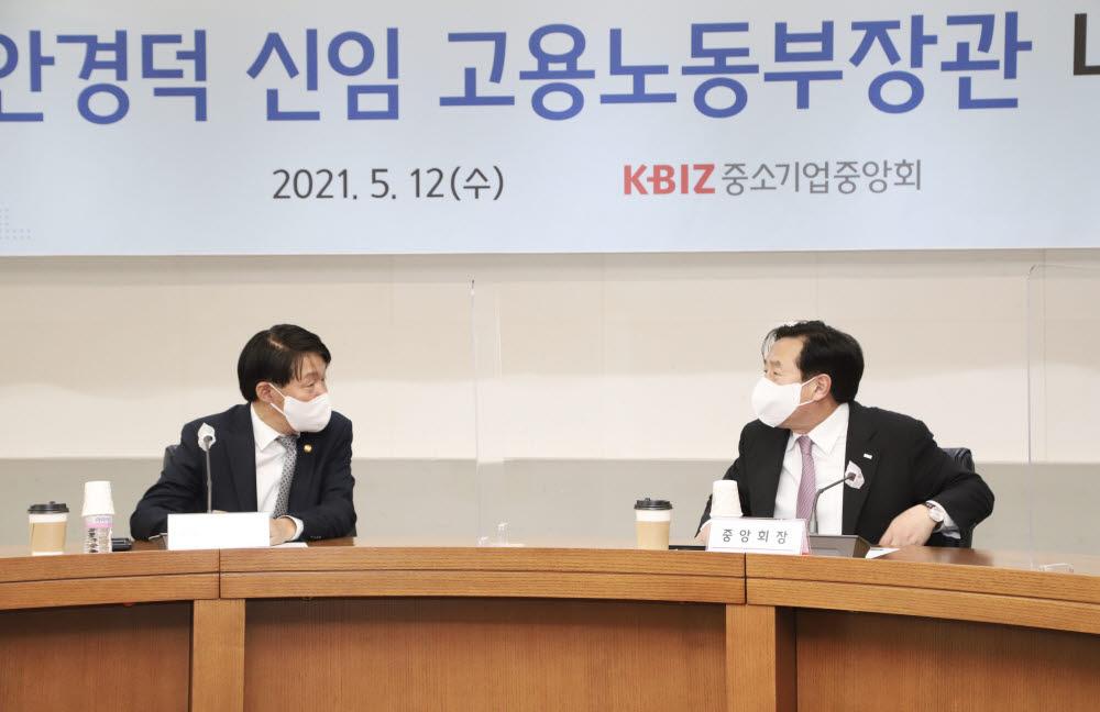 안경덕 고용노동부 장관(왼쪽)과 김기문 중소기업중앙회가 12일 서울 여의도 중기중앙회에서 노동현안을 논의하고 있다.