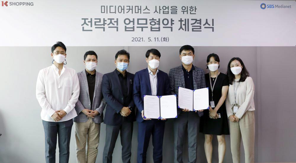 (왼쪽에서 네번째부터)김태환 KTH 총괄부사장, 이상수 SBS미디어넷 방송사업본부장이 관계자들과 함께 업무협약 체결 이후 기념촬영했다.