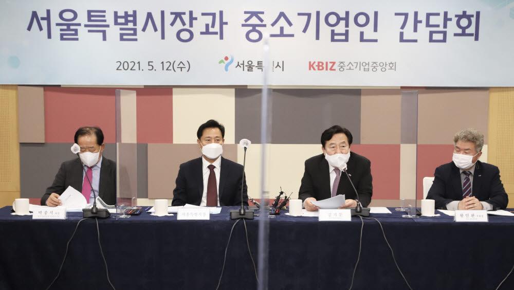 김기문 중소기업중앙회장(오른쪽 두번째)이 오세훈 서울시장(왼쪽 두번째)에게 12일 서울시청 간담회장에서 중소기업계 건의 사항을 전달하고 있다.