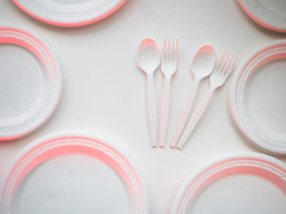 많은 과학자와 기업들은 자연스레 분해되는 생분해성 플라스틱을 상용화하기 위해 애쓰고 있다. (출처: shutterstock)