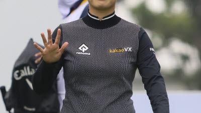 [포토]한진선, 손 인사로 2R 출발