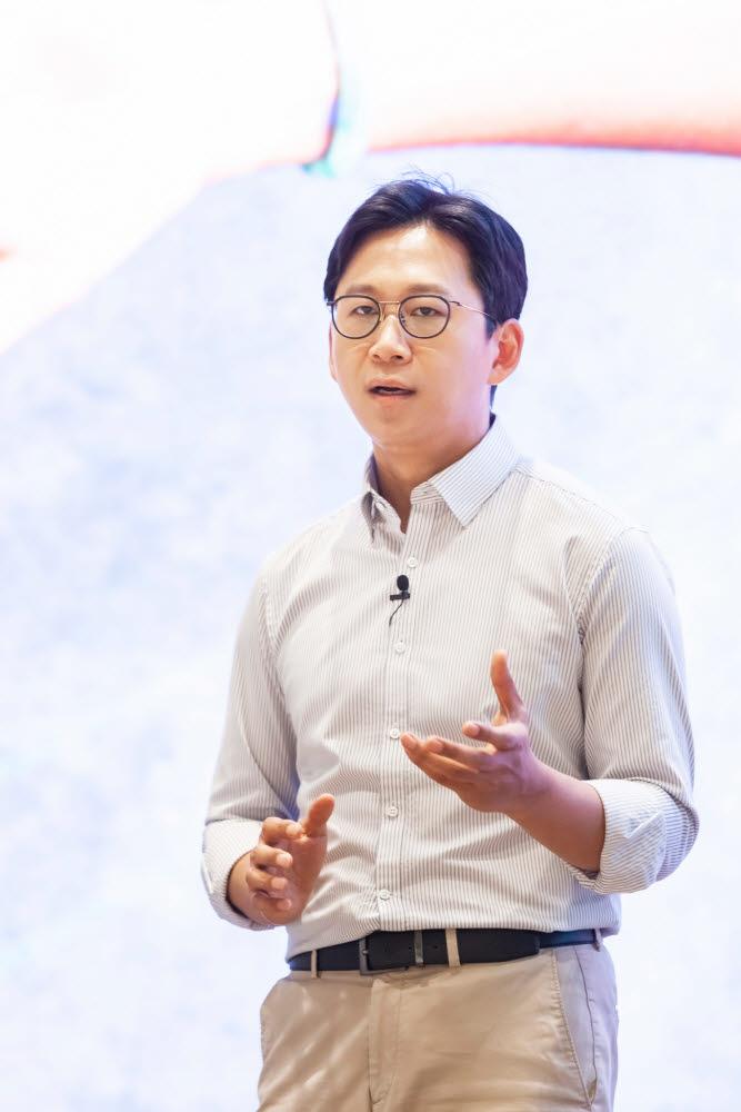 배경훈 LG AI연구원장이 17일 비대면 방식으로 진행된 AI토크콘서트에서 발표하고 있다.