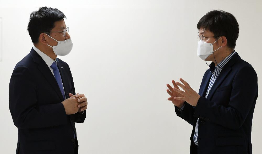 정동희 전력거래소 이사장(왼쪽)과 양종석 전자신문 산업에너지부장(오른쪽)이 대담하고 있다. 이동근기자 foto@etnews.com