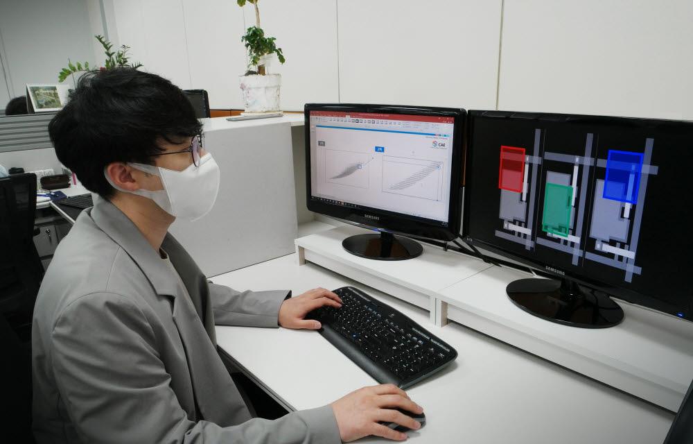 삼성디스플레이 엔지니어가 인공지능(AI) 패널 설계 결과를 분석하고 있다<사진=삼성디스플레이>