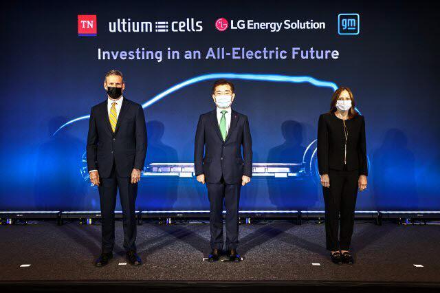지난 4월 LG에너지솔루션과 제너럴모터스(GM)가 제2 합작공장 투자를 발표하고 있는 모습. 사진은 왼쪽부터 빌 리 테네시주 주지사, 김종현 LG에너지솔루션 사장, 메리 바라 GM 회장.<사진=LG에너지솔루션>