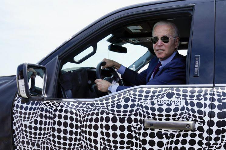 바이든 미국 대통령이 포드 F-150 전기 트럭을 시운전하고 있다