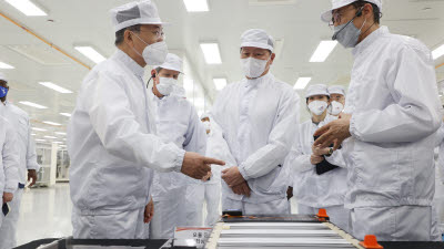 미국 SK 전기차 배터리 공장 방문한 문 대통령