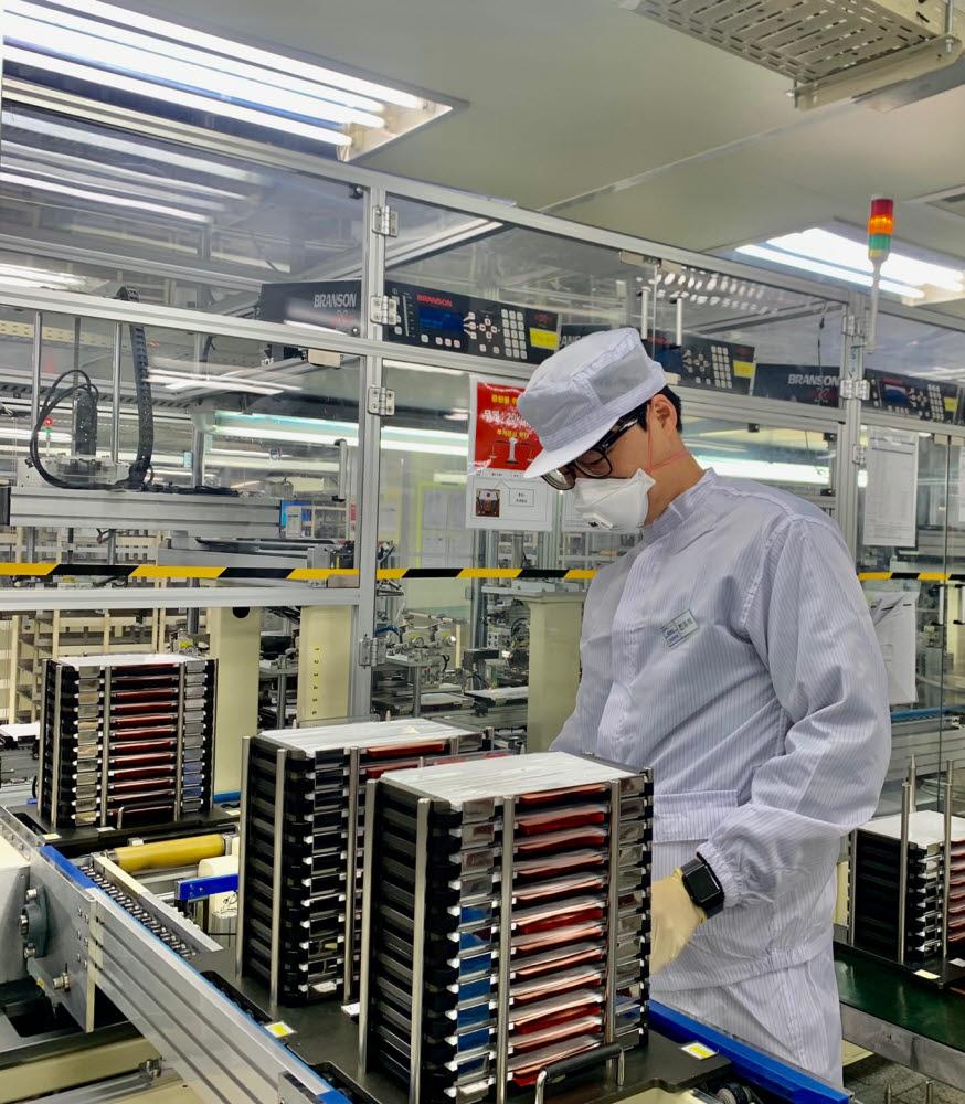 에너테크인터내셔널 연구원이 충주 본사 연구소에서 배터리를 살펴보고 있다<사진=에너테크인터내셔널>