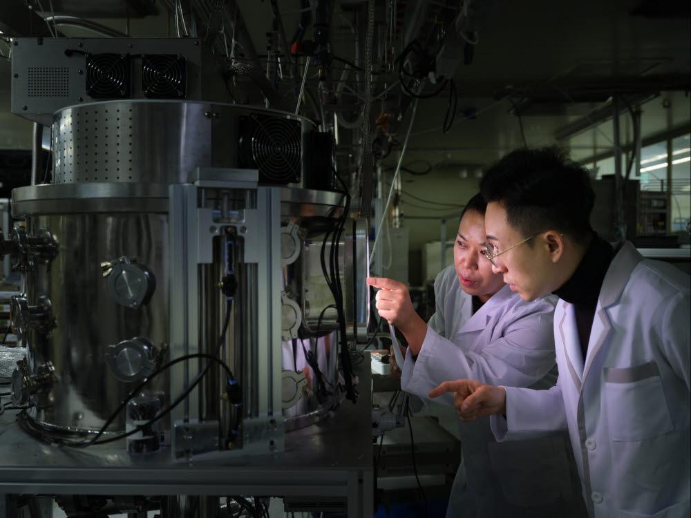 표준연의 이효창 선임연구원(사진 왼쪽)이 플라즈마 실험을 진행하고 있다.