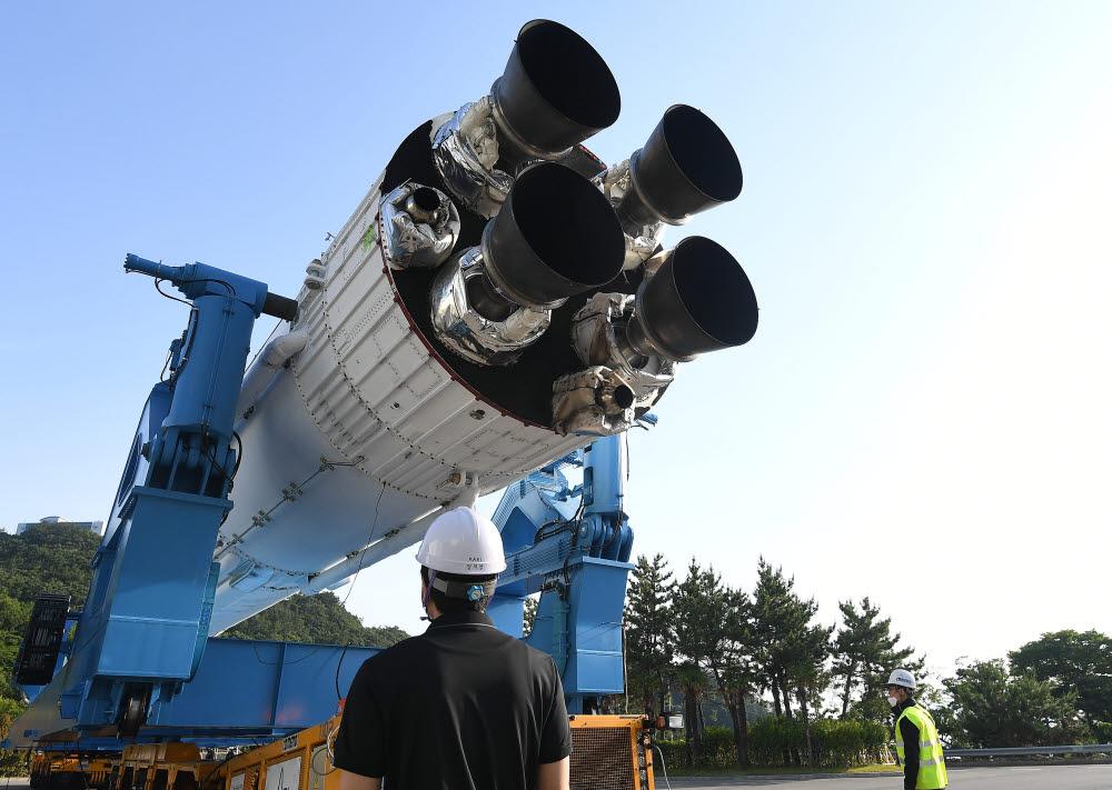 10월 발사 예정인 비행모델과 같은 실물크기의 누리호 3단형 인증 모델이 제2발사대로 이동하고 있다.