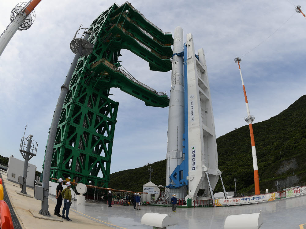 10월 발사 예정인 비행모델과 같은 실물크기의 누리호 3단형 인증 모델이 제2발사대에 기립돼 있다.