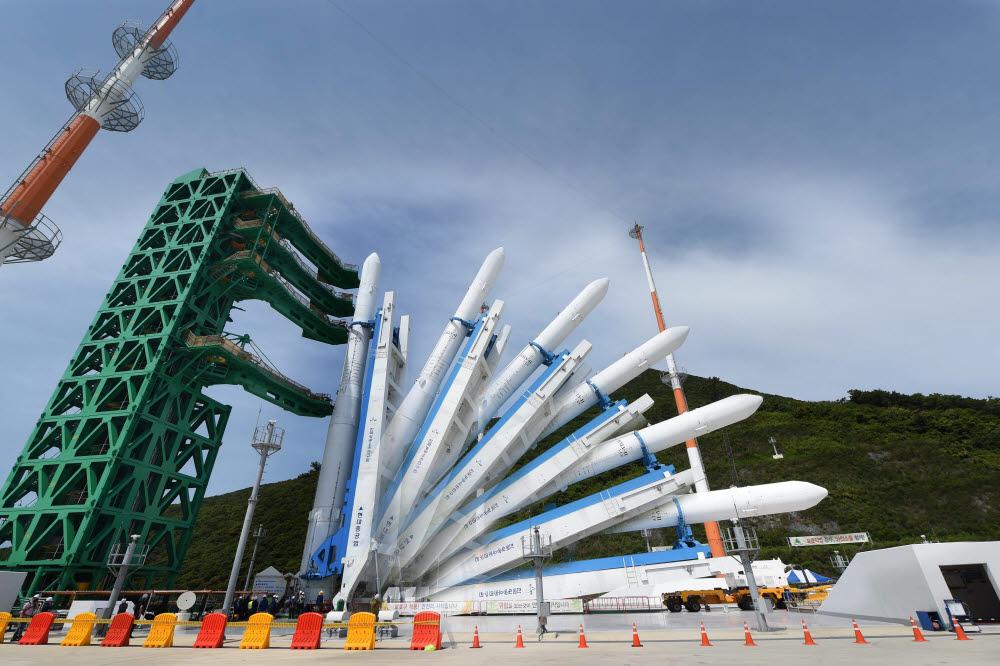 오는 10월 발사 앞둔 한국형발사체 '누리호' 발사대 기립