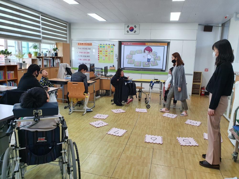 전남정보문화산업진흥원이 영암소림학교 학생을 대상으로 장애청소년 희망이음 소프트웨어(SW)·인공지능(AI) 코딩 교실을 운영하고 있다.