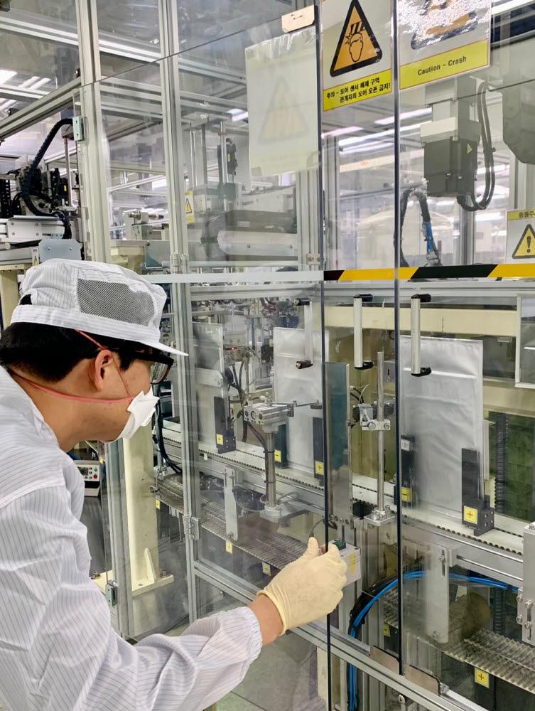 에너테크 충주 연구소 직원이 배터리셀 공정을 살펴보고 있다<사진=에너테크인터내셔널>