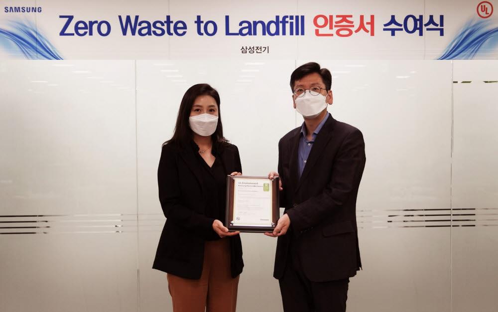 삼성전기 김성민 안전환경팀장(오른쪽)이 UL로부터 폐기물 매립 제로 인증서를 받고 있다.<사진=삼성전기>