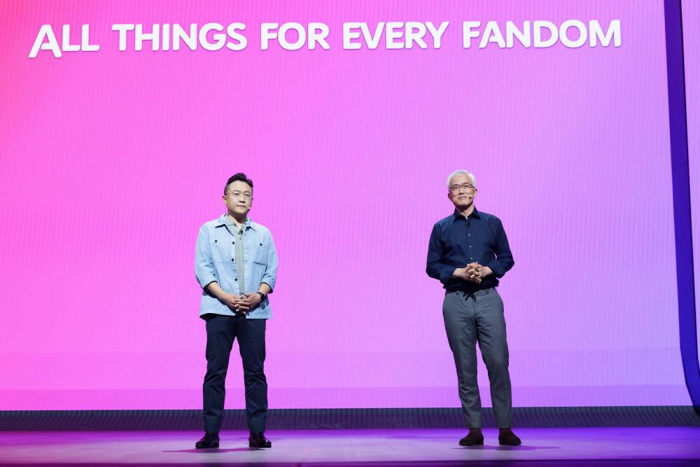 지난달 31일 CJ ENM-티빙 비전스트림에서 이명한 티빙 공동대표(왼쪽)와 양지을 티빙 공동대표가 티빙 콘텐츠 전략 All things for every fandom에 대해 설명하고 있다.