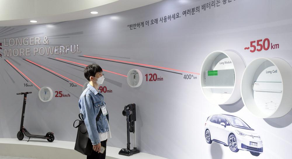 LG에너지솔루션 부스에서 관람객이 전기차용 배터리 솔루션을 살펴보고 있다