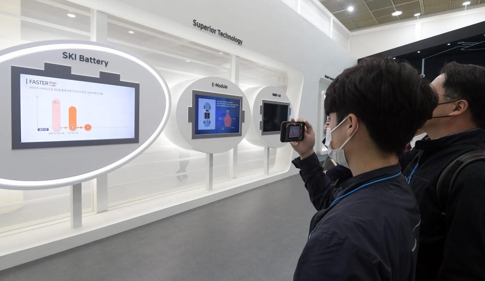 관람객이 SK이노베이션 배터리 기술을 보고 있다.