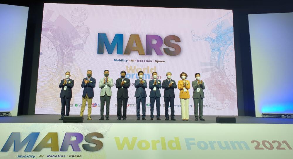 대전시와 한컴그룹이 9일 대전컨벤션센터에서 개최한 2021 제1차 MARS 월드포럼에서 허태정 대전시장(왼쪽 다섯번째)과 김상철 한컴그룹회장(왼쪽 4번째) 등 참석자들이 기념촬영하고 있다.