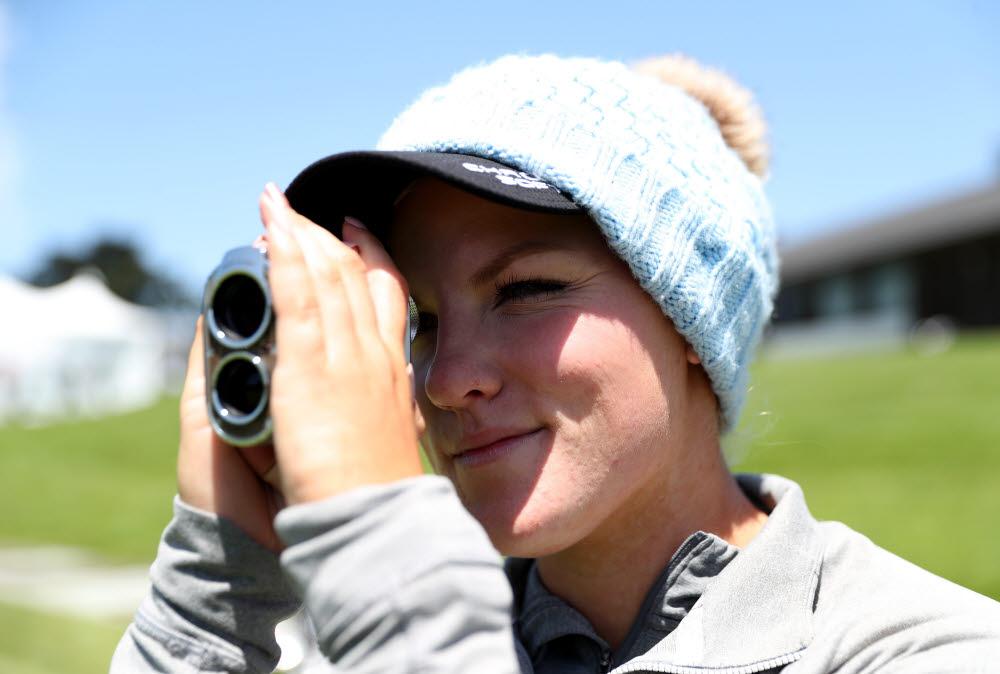 LPGA투어 멤버인 알라나 우리엘이 투어 공식 거리측정기로 선정된 보이스캐디의 SL2를 사용하고 있다. 사진=LPGA