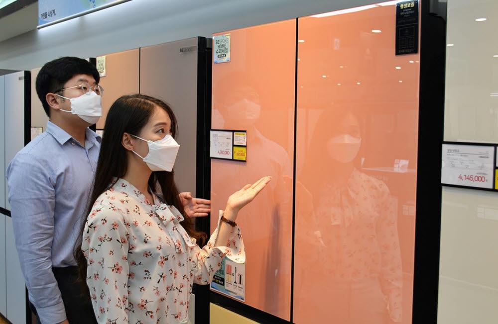 전자랜드 파워센터 용산본점에서 고객들이 냉장고를 살펴보고 있다.