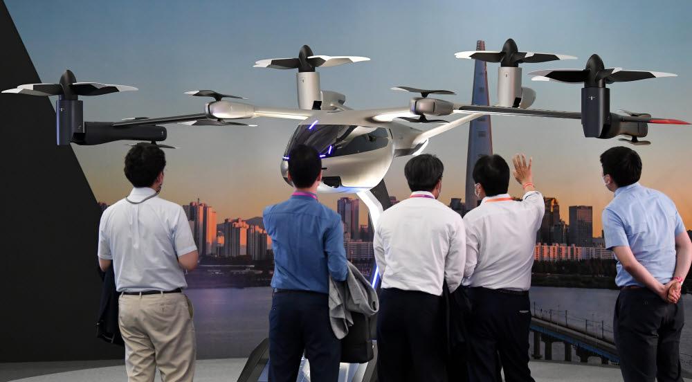 참관객들이 현대자동차의 UAM기체 S-A1을 살펴보고 있다.