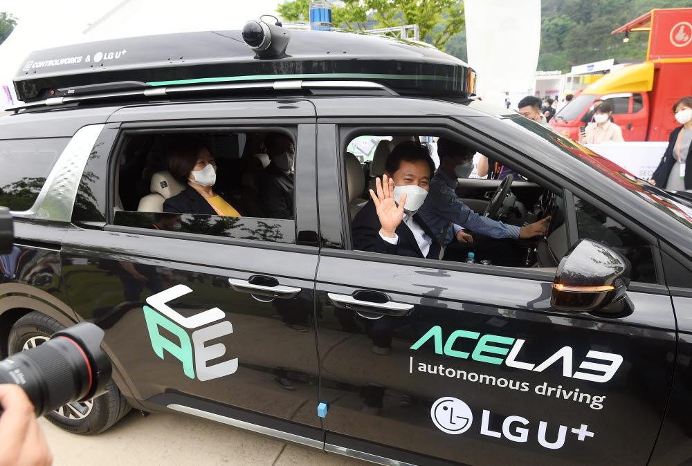 오세훈 서울시장이 자율주행차량에 탑승해 손 흔들고 있다.